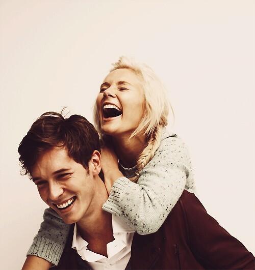 pareja riendo