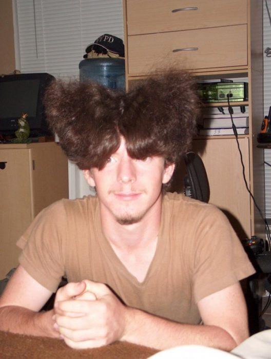 chico con peinado crepe