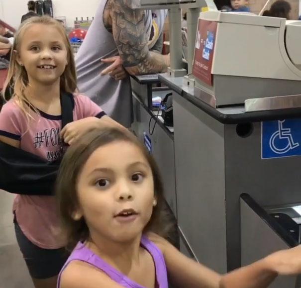 niñas sorprendidas