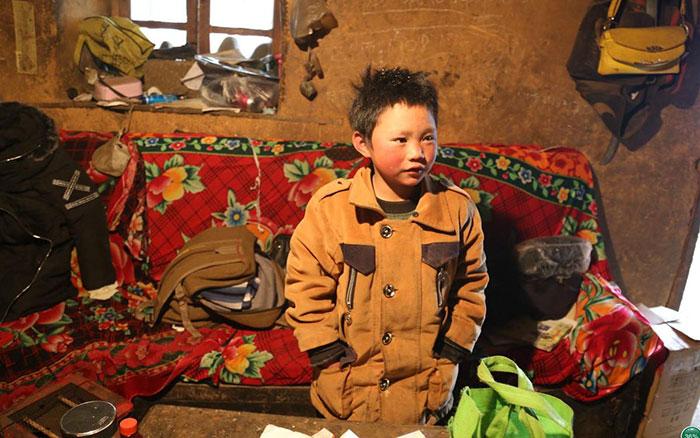 Niño que vive bajo extrema pobreza y todos los días camina para poder llegar a la escuela
