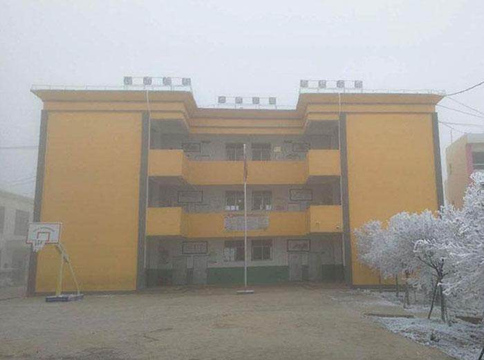 Escuela del niño que camina en la nieve para llegar a la escuela
