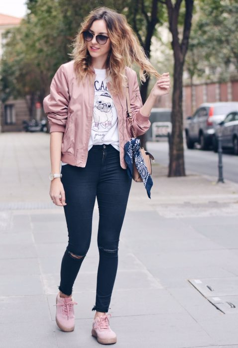 Chicas usando outfits en color rosa