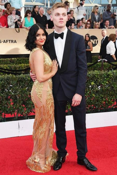 pareja de novios vestidos de gala