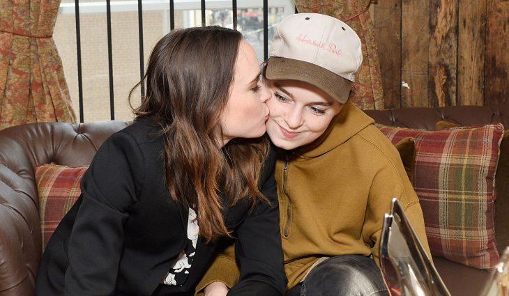 chica besando a otra en la mejilla