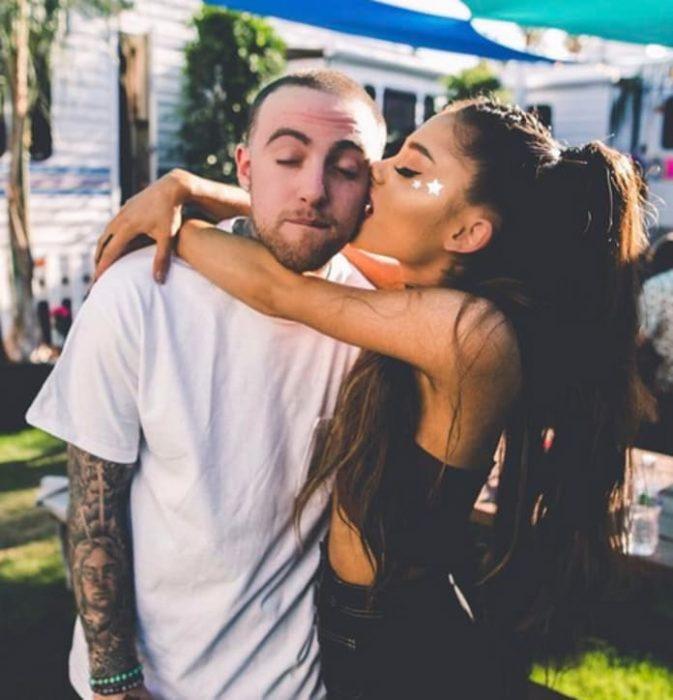 chica besando a su novio