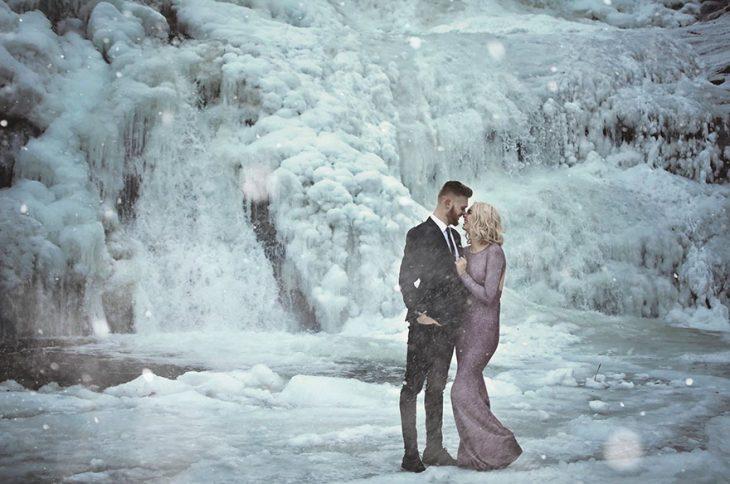 pareja de novios en el hielo