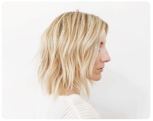 chica con cabello con ondas