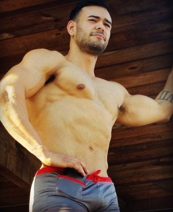 Chico sin camisa