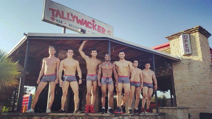 chicos sin camisa