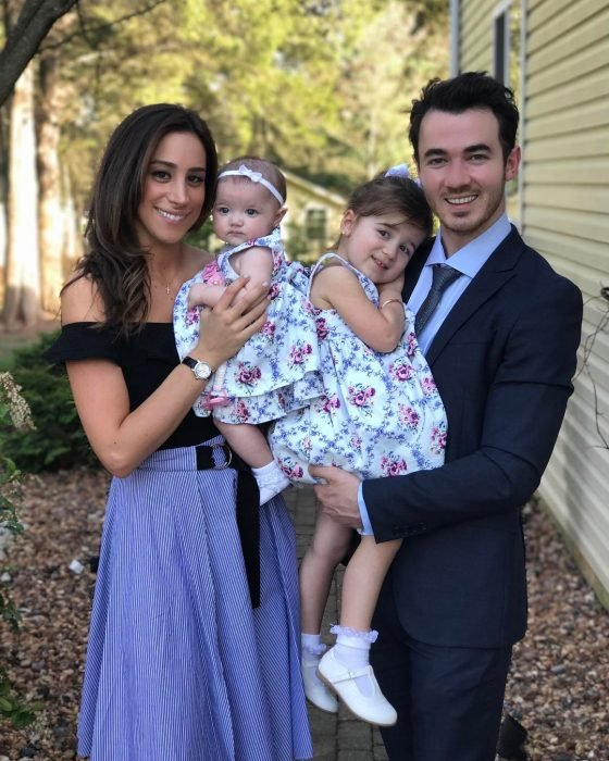 Kevin Jonas posando junto a su familia