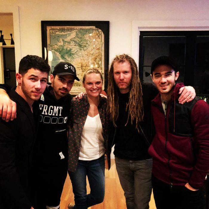 Reunión de los Jonas Brothers con un músico de la banda
