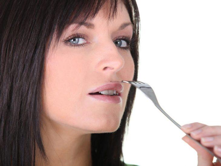 chica usando tenedor
