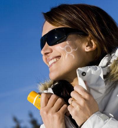 chica usando protector solar