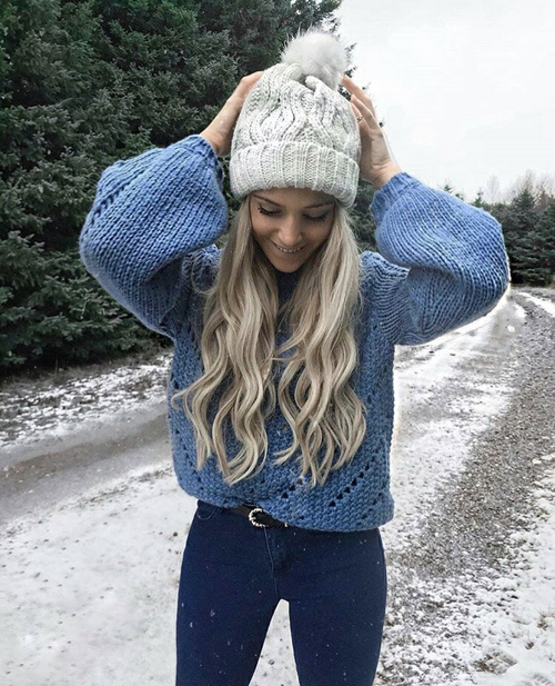 chica paseando en la nieve