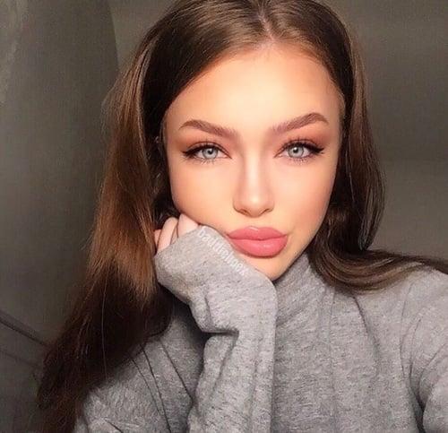 chica con labios grandes