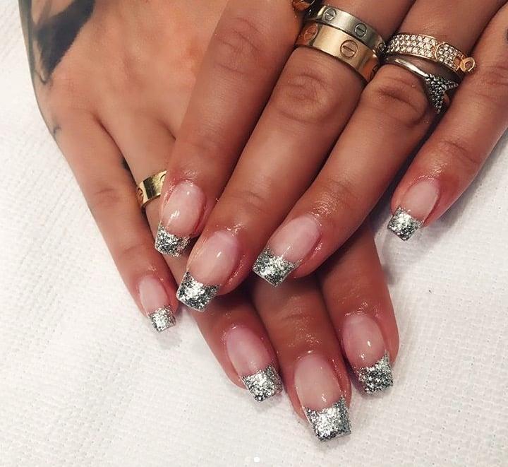 Uñas de Rita Ora con la punta plateada llena de glitter