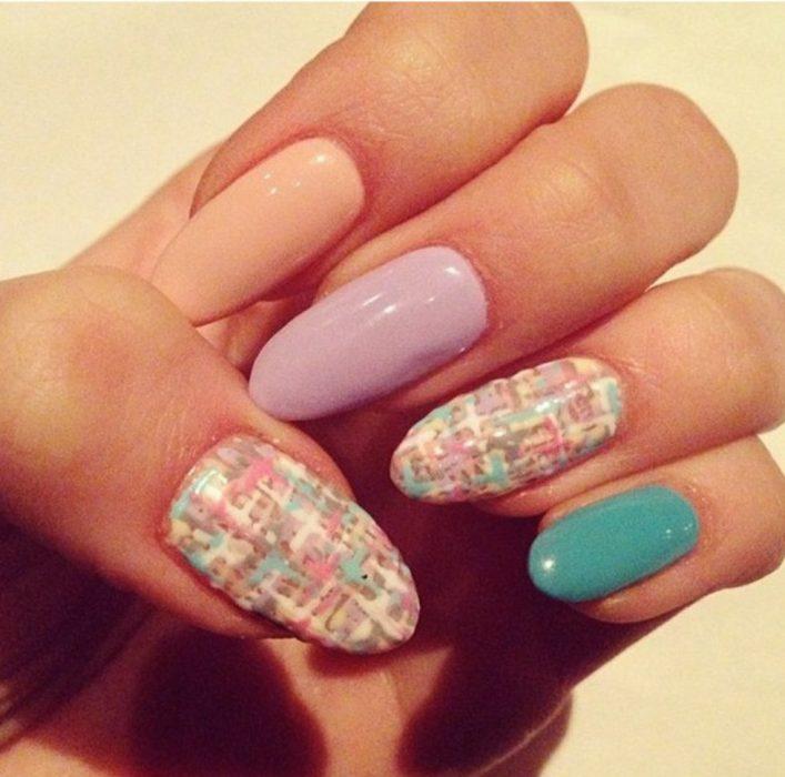 Uñas de Chloe Moretz en colores pastel con tejido de Chanel