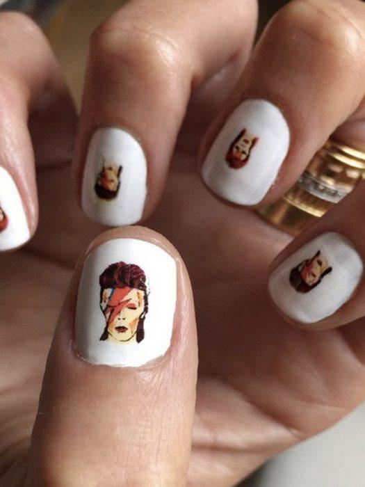 Uñas en color blanco con la cara de David Bowie