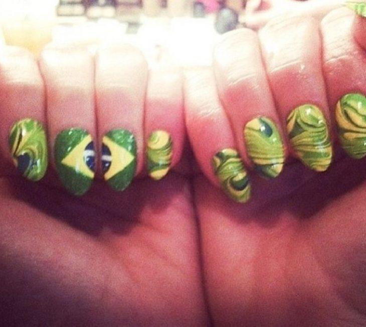Uñas de Jennifer Lopez con diseño de la bandera y colores de Brasil