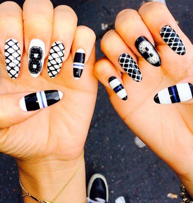 Uñas de Zendaya con diseño en blanco y negro