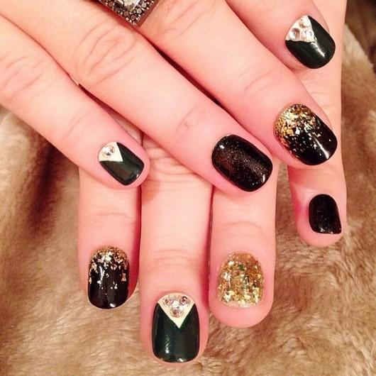 Uñas de Demi Lovato con aplicaciones en dorado y negro