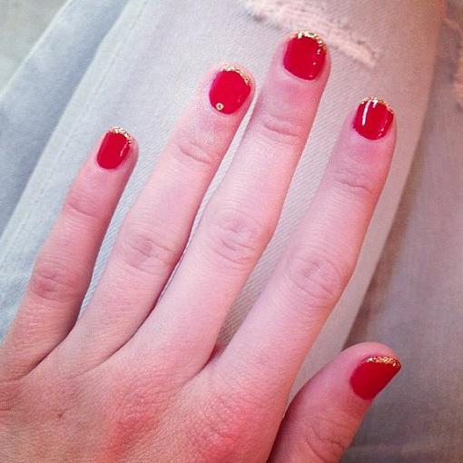 Uñas de Emma Roberts con diseño en color rojo y toques de dorado