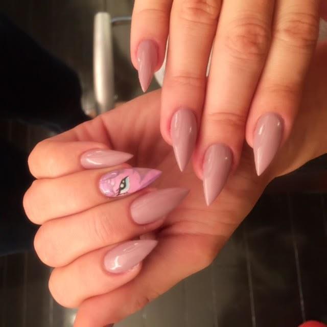 Uñas de Khloe Kardashian con diseño de unicornio
