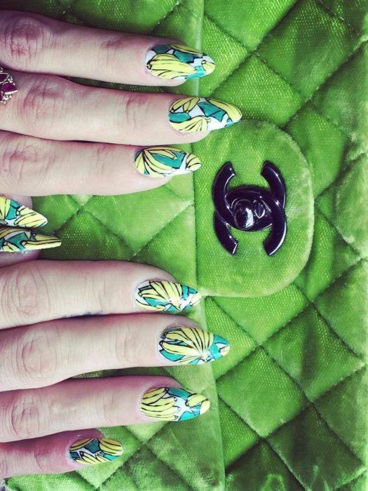 Uñas de Lily Allen con diseño de bananas