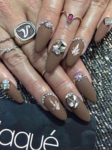Uñas de Vanessa Hudgens con aplicaciones de piedreria