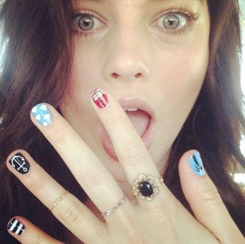 Uñas de Margot Robbie con diseños de verano