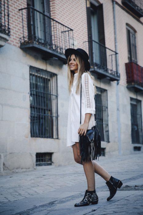 Chica usando unos botines chloé