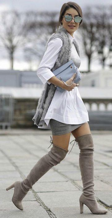 Chica usando unas botas arriba de la rodilla