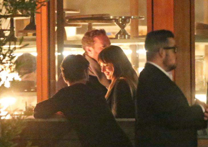chris martin y dakota en restaurante