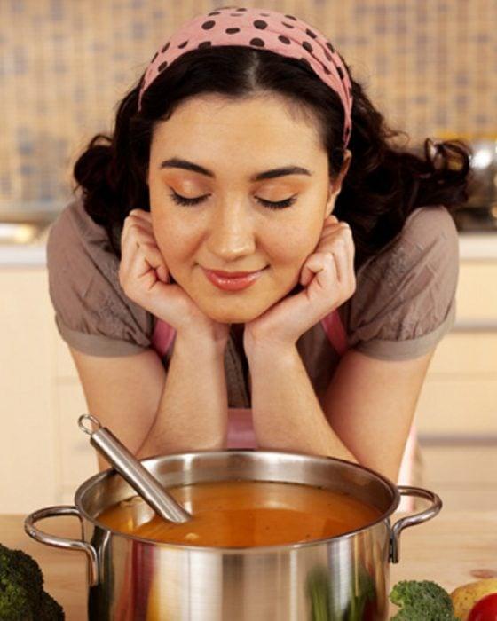 comer sopa caliente