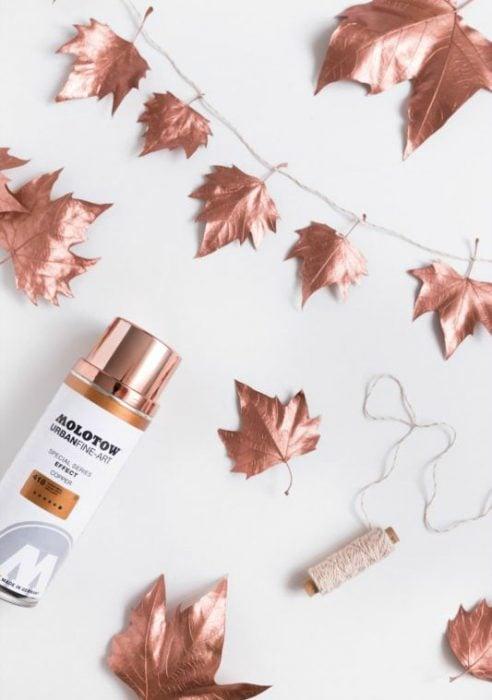 hojas pintadas con pintura metálica