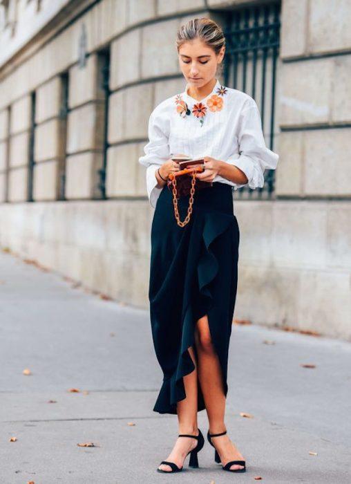 falda con olanes y blusa blanca chica trendy