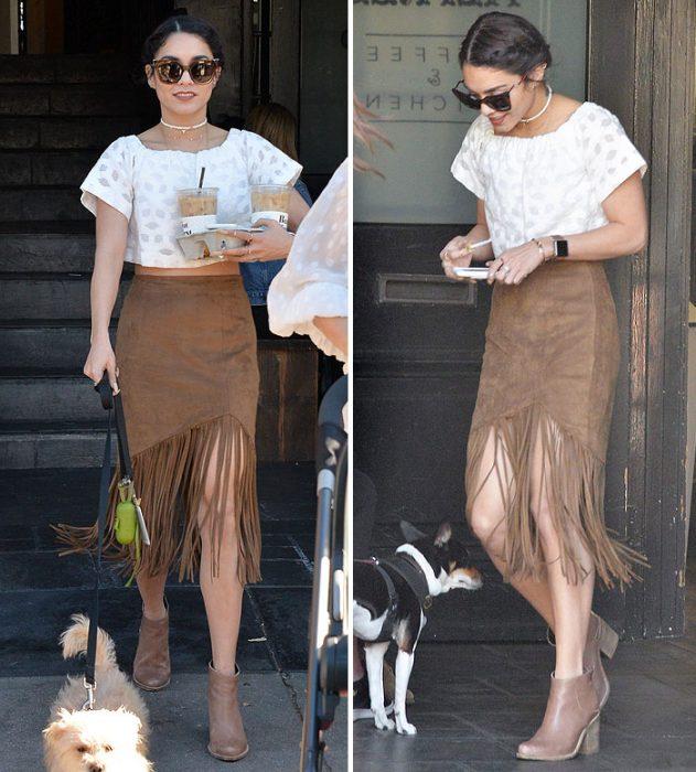 falda de flecos café con botines y blusa blanca Vanessa Hudgens