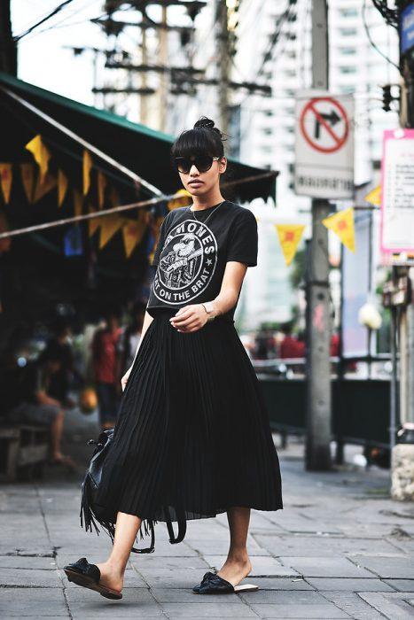 falda plisada negra con camisa Ramones y mocasines