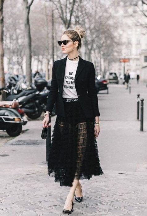 falda trasparente, camisa estampada blazer negro chica rubia fashion