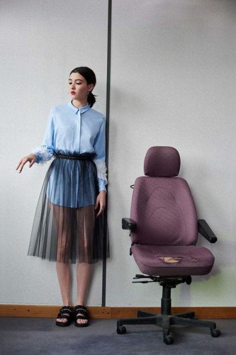 falda trasparente y camisa azul sandalias