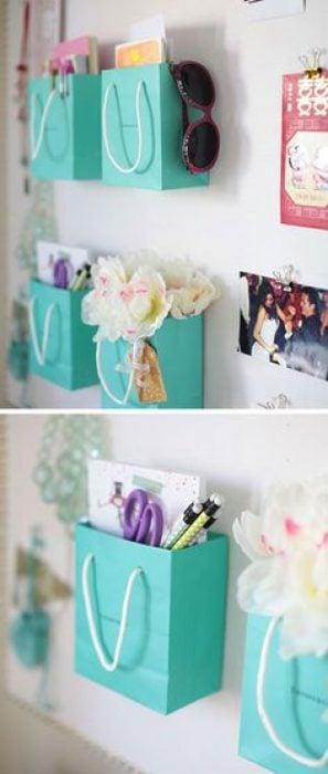 decoración con bolsas y flores