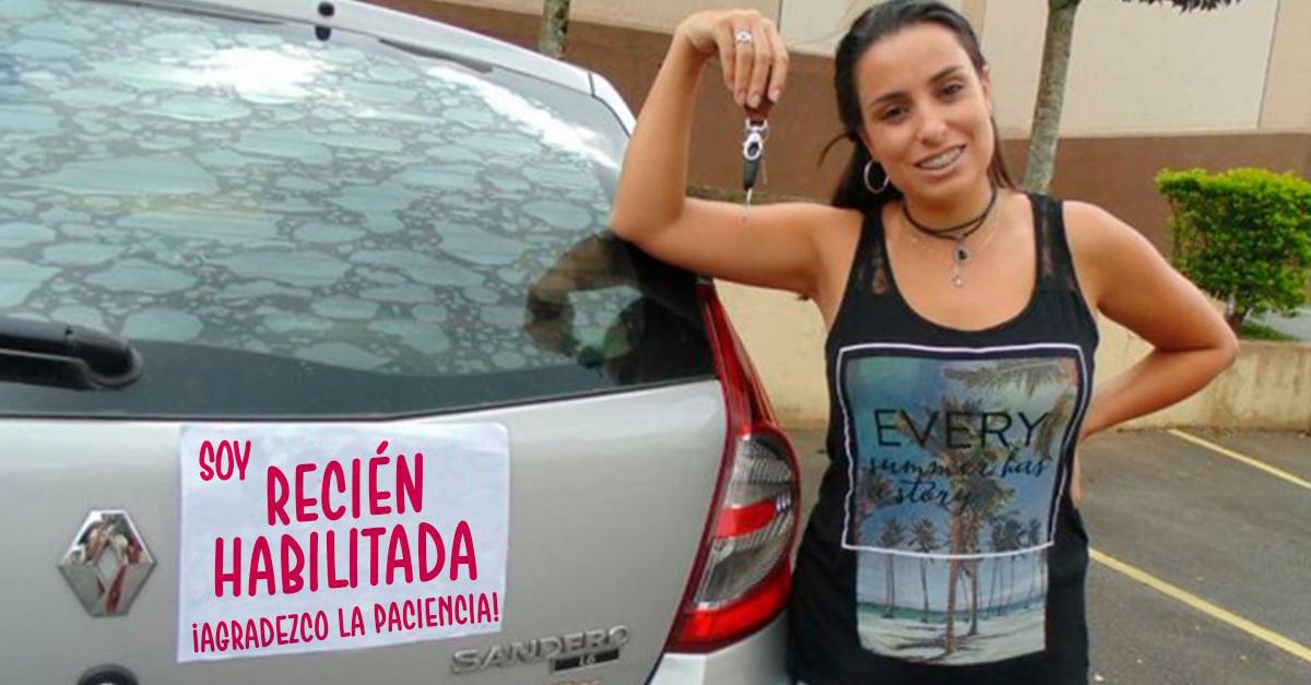Con un solo letrero esta chica controlo el trafico de su ciudad en su primer día conduciendo