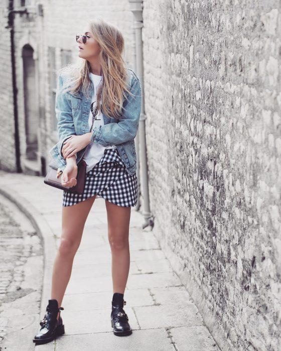 Minifalda tulipán estampado de cuadros botas negras chaqueta de mezclilla chica rubia