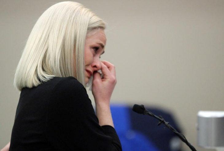 mujer rubia cabello paltinado corto llorando