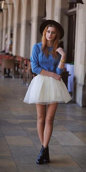 Falda tutu con botas y camisa de mezclilla