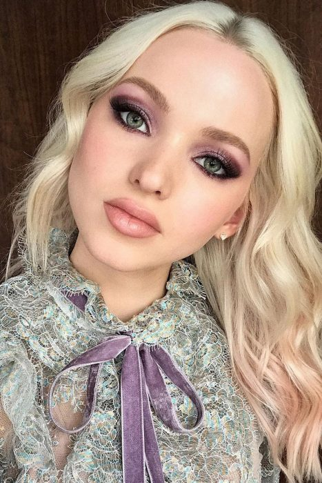 chica con smokey eye en violeta
