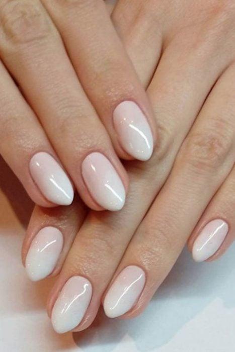 uñas ombre de rosa a blanco