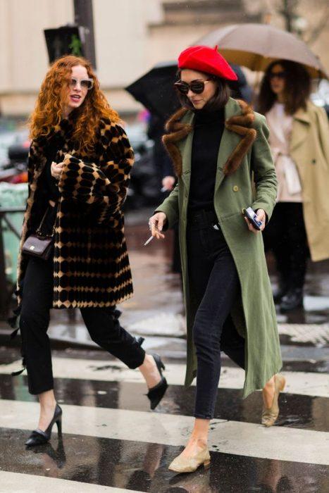 chica vestida de negro con abrigo verde flats y boina roja
