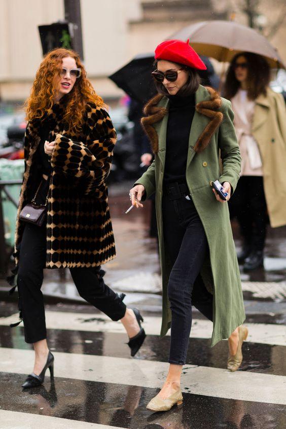 chica vestida de negro con abrigo verde flats y boina roja c69b45f73db