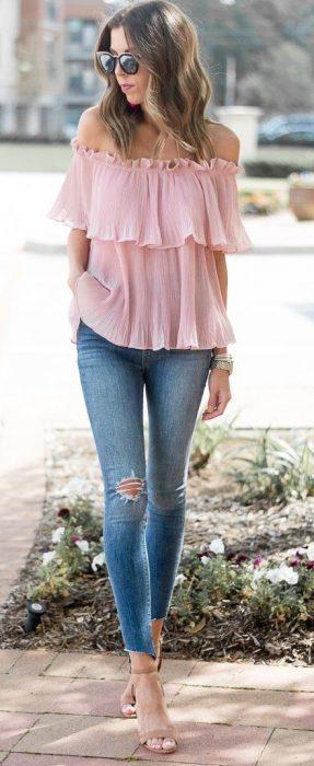 chica con blusa sin hombros y olanes en rosado